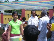 Wesak Poyaday를 맞아 주민에게 재단에서 준비한 음료수를 나줘주고 있는 모습